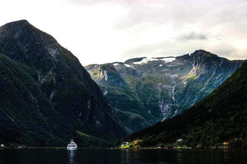 norwegen-fjord-kreuzfahrtschiff